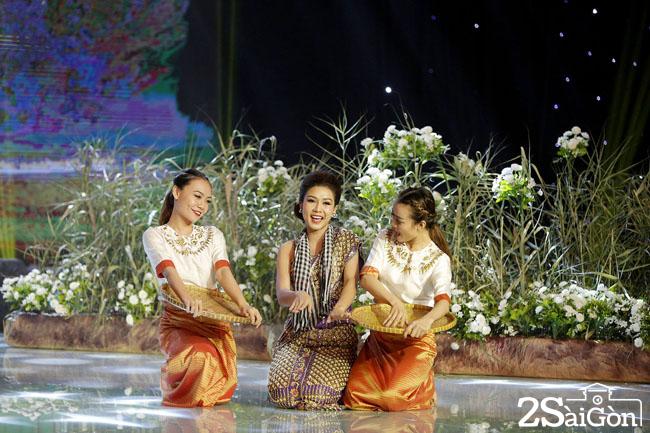 6. Phuong Tram- Nhom Nhac Kich Thon Que (4)