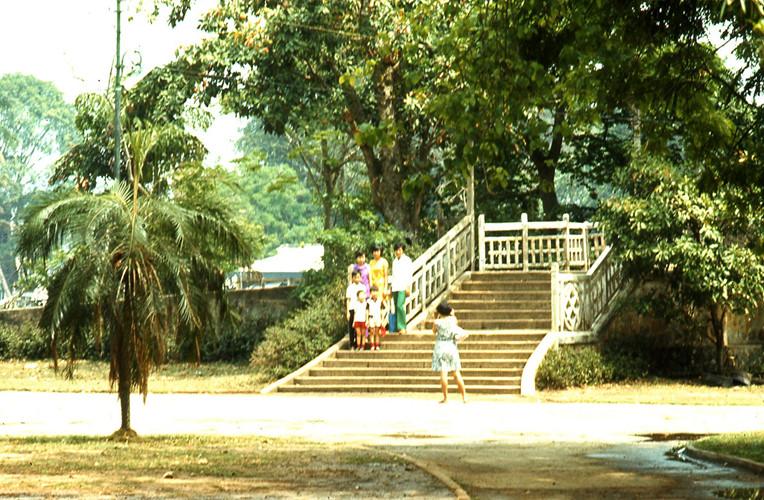 Lối lên cầu Thị Nghè trong Thảo Cầm Viên năm 1970. Ảnh: Artzkat.