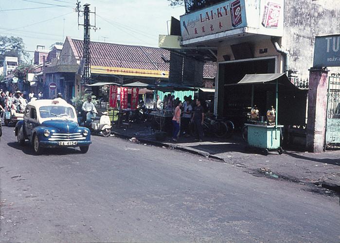 Quầy giải khát ở đường Triệu Quang Phục cạnh ngã tư Nguyễn Trãi - Triệu Quang Phục, Chợ Lớn năm 1970. Ảnh: Sandy1618.