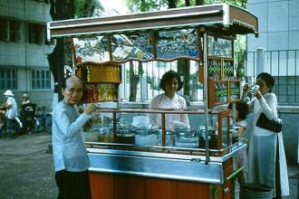 Quán giải khát bên ngoài bệnh viện Grall (nay là Bệnh viện Nhi đồng 2), Sài Gòn năm 1967. Ảnh tư liệu.