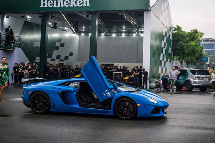 Lamborghini Aventador LP700-4 góp mặt tại sự kiện sở hữu ngoại thất xe màu xanh Lemans nổi bật. Siêu xe này được chủ nhân độ thêm cánh gió đuôi cỡ lớn phía sau xe và pô Amytrix. Lúc mới về nước, Aventador màu xanh Lemans từng được một công ty nhập khẩu tư nhân quận Tân Bình, TP HCM rao bán với mức giá 22,5 tỷ đồng.