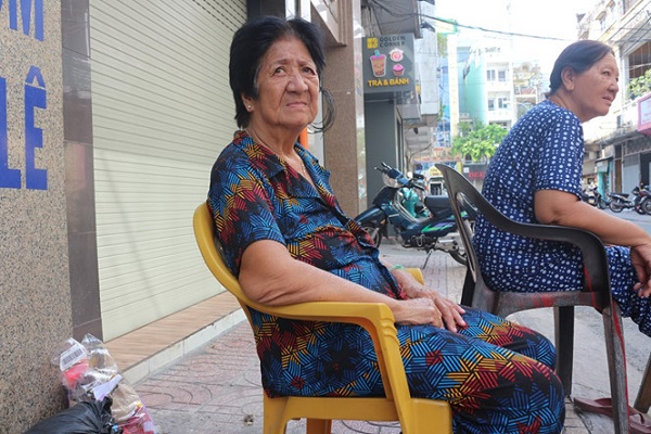Bà Nguyễn Thị Yến sống lâu năm ở khu Vườn Chuối nhớ lại kí ức ngày xưa ẢNH: HỒNG THẮM