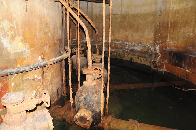 Ngoài giếng trung tâm, mỗi cụm có 20 giếng cạn, mỗi giếng cạn có đường kính từ 1,6m đến 2,2 m, sâu từ 13 m đến 20 m, vách giếng lúc trước xây gạch sau dùng ống bê tông cốt thép chống suốt chiều sâu giếng.