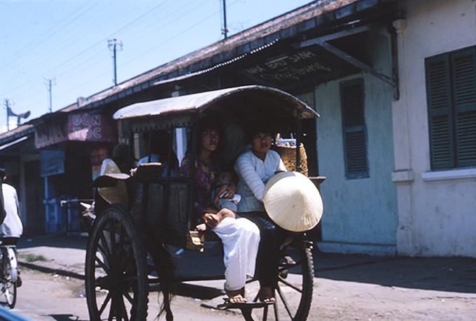 Năm 1965, xe ngựa hay xe ba bánh vẫn còn là phương tiện được phép lưu thông trong thành phố, được nhiều người dân sử dụng.