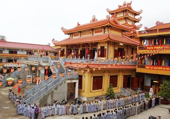 Chùa Phổ Quang tại quận Tân Bình, sở hữu cảnh quan đẹp, yên bình, thanh tịnh. Đây là địa điểm thu hút nhiều du khách đến tham quan vào những ngày rằm hoặc các dịp lễ lớn.