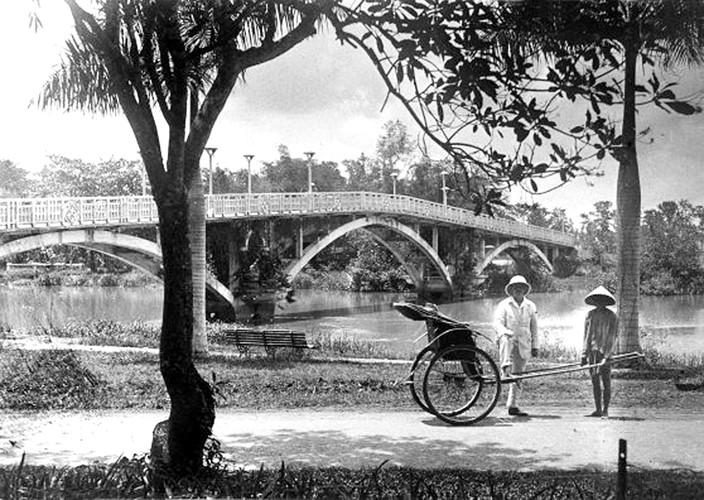 Cầu Thị Nghè nhìn từ Thảo Cầm Viên, thập niên 1920. Ảnh: Charles Peyrin.