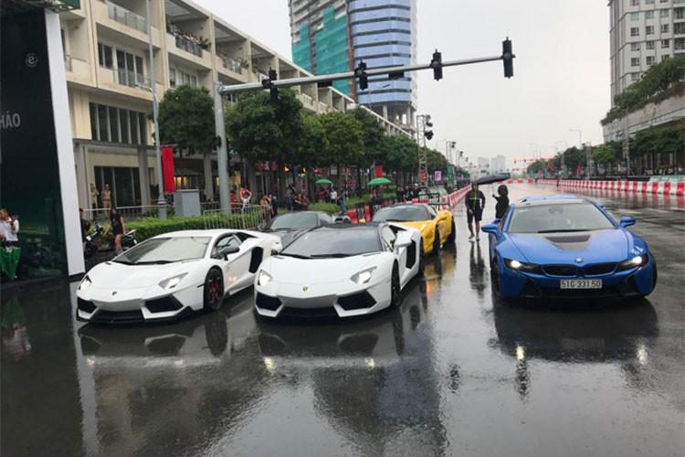 Có khoảng 6 chiếc siêu xe thể thao xuất hiện tại sự kiện này như cặp đôi Lamborghini Aventador LP700-4 Coupe, Lamborghini Aventador LP700-4 mui trần, Ferrari 488 GTB, Ferrari 458 Italia độ Liberty Walk, Lamborghini Huracan LP610-4 và chiếc xe thể thao BMW i8.