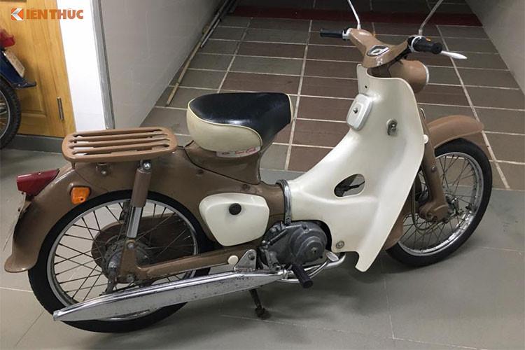 """Những chiếc Super Cub cùng các thế hệ tiếp theo của hãng xe máy Nhật Bản hiện đang có mặt ở khắp mọi nẻo đường đất nước Việt Nam, tuy nhiên thế hệ Honda Super Cub đầu tiên vẫn là """"hàng hiếm"""" do có tuổi đời lên tới hơn 50 năm. Chính vì vậy mỗi khi xuất hiện chiếc xe đời đầu này luôn thu hút được sự chú ý của những người yêu xe máy Honda."""