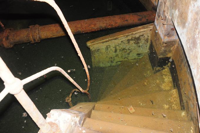 Giếng được bố trí theo hình tròn và đưa nước về giếng lớn ở tâm vòng tròn gọi là giếng trung tâm. Từ giếng trung tâm nước sẽ được xử lý sơ bộ (khử trùng) rồi được bơm vào các hồ chứa, thủy đài hoặc đưa thẳng ra mạng phân phối cho người tiêu dùng. Đến năm 1930, toàn bộ các hệ thống giếng cạn đã cung cấp một lượng nước là 30.000 m3/ngày cho vùng Sài Gòn - Chợ Lớn với số dân tổng cộng khoảng 300.000 người, lượng nước tiêu thụ bình quân đầu người là 75 lít/người/ngày.