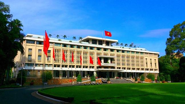 Đến Sài Gòn, hẳn du khách sẽ không thể bỏ qua dinh Độc Lập. Dinh có diện tích 4.500 m2, hơn 100 căn phòng được trang trí khác nhau tùy mục đích sử dụng. Bên ngoài hàng rào phía trước và sau dinh là 2 công viên cây xanh. Phía trước dinh được trang trí cách điệu các đốt mành trúc phỏng theo phong cách các bức mành tại các ngôi nhà Việt và họa tiết các ngôi chùa cổ tại Việt Nam.