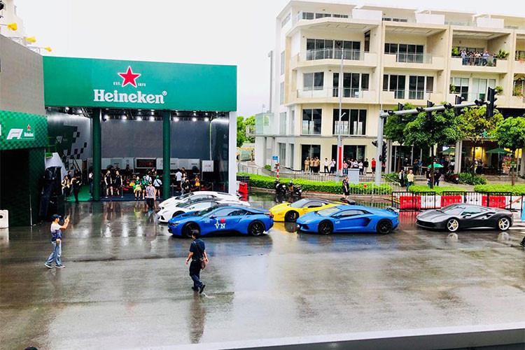 Ngoài việc được nghe, thấy và ngắm trực tiếp mà trình diễn của một chiếc xe đua F1 đình đám - giới mê xe tại Việt Nam còn được chứng kiến sự xuất hiện của dàn siêu xe tiền tỷ mà Cường Đô la cùng những thành viên nhóm Car & Passion 2018 mang đến góp vui cho chương trình này.