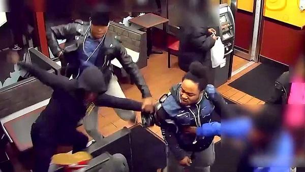 Những người xung quanh làm ngơ khi nhóm thanh thiếu niên đánh đập một người đàn ông.
