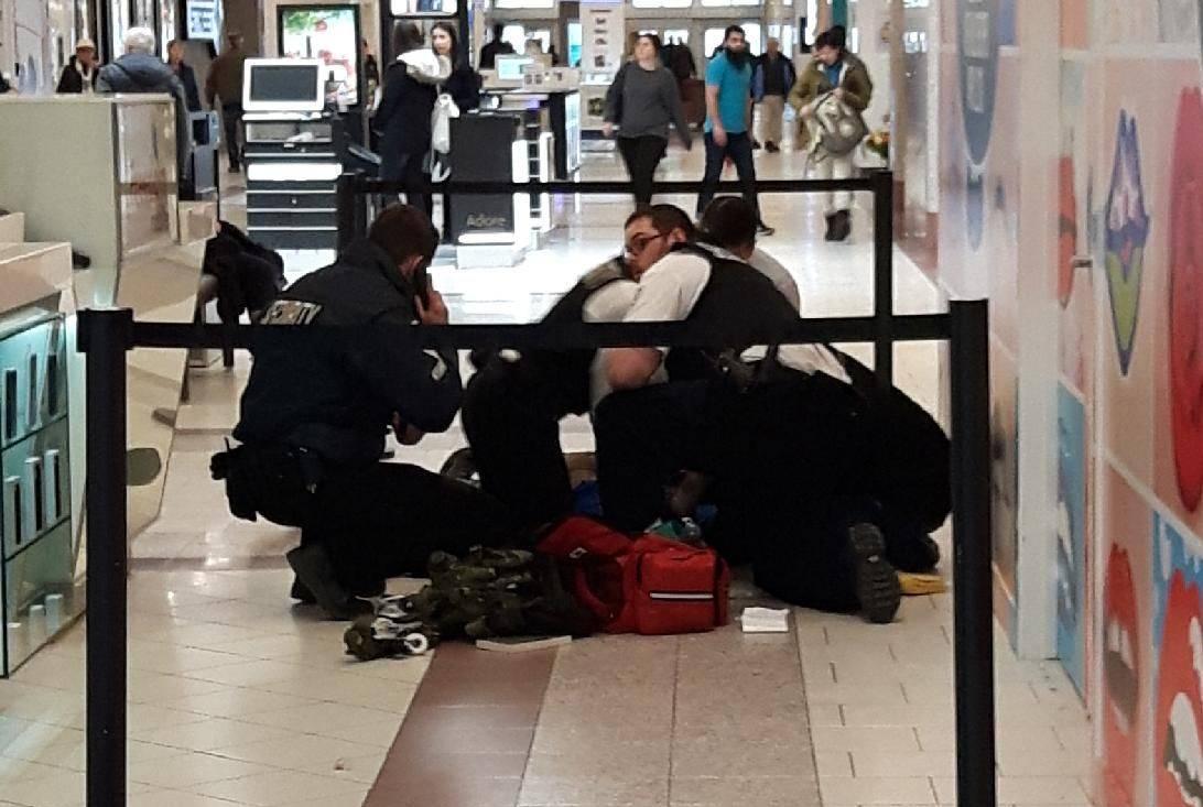 Cảnh sát sơ cứu cho người đàn ông bị đánh gục tại trung tâm mua sắm Southgate ở Canada.