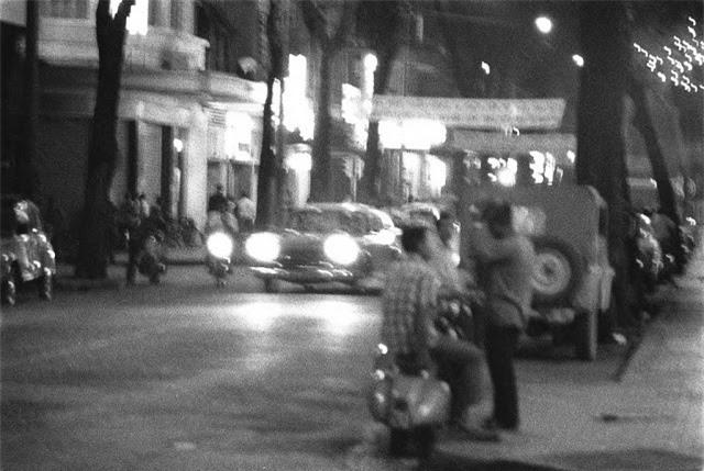 Xe cộ và người dân đi lại trên đường Tự do (nay đổi tên là đường Đồng Khởi) vào buổi tối năm 1966. Ảnh VT