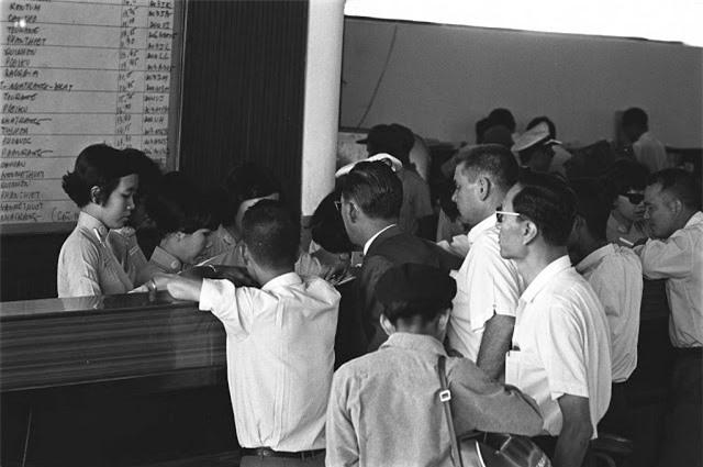 Quầy bán vé máy bay của hãng Air Vietnam ở thành phố Sài Gòn tháng 3.1968. Ảnh VT