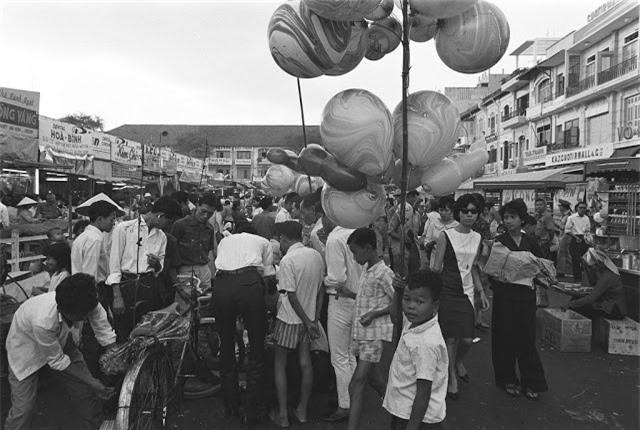 Chợ hoa Tết trên đường Nguyễn Huệ ngày 20.1.1966. Ảnh VT
