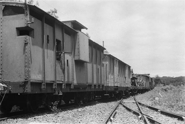 Tàu đường sắt đỗ tại một nhà ga ở Sài Gòn năm 1964. Ảnh VT