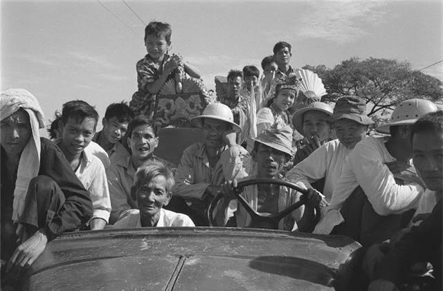 Những người nông dân chân chất ở miền nam Việt Nam cùng nhau ngồi lên xe tới tham gia hội làng. Ảnh chụp vào tháng 6.1968. Ảnh VT