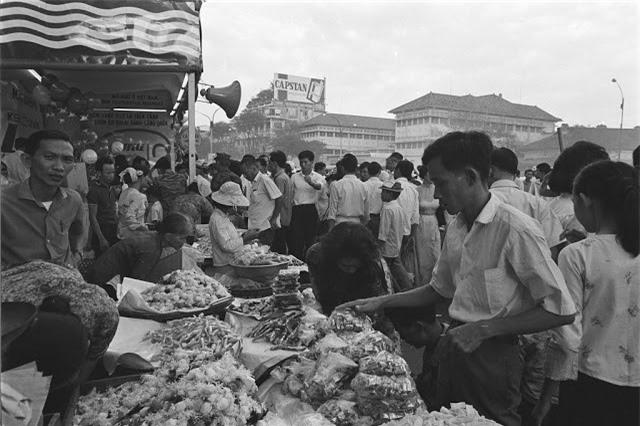 Không khí mua sắm trong dịp Tết ở chợ trung tâm Sài Gòn ngày 20.1.1966. Ảnh VT