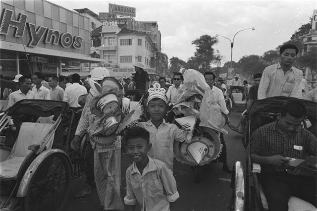 Người dân đổ về chợ trung tâm và chợ hoa vào buổi tối đêm 30 Tết âm lịch năm 1966. Ảnh VT