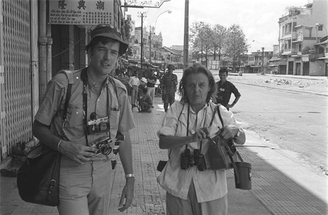 Hai phóng viên nước ngoài ở Sài Gòn. Ảnh VT