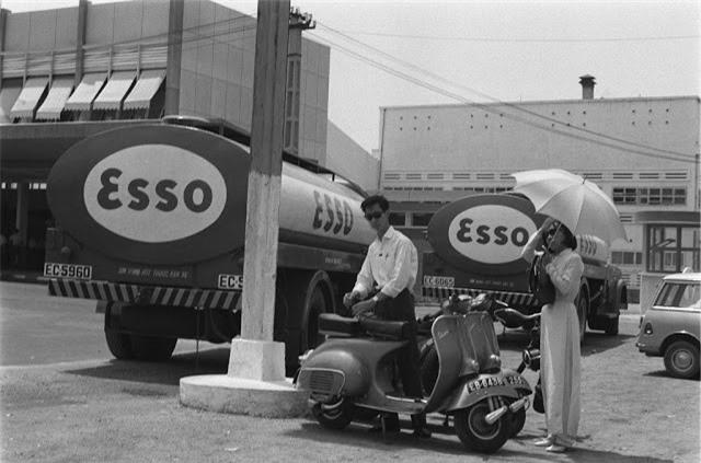 Xe bồn chở xăng của hãng ESSO ở Sài Gòn năm 1968 (sân bay Tân Sơn Nhất ở phía trái). Ảnh VT