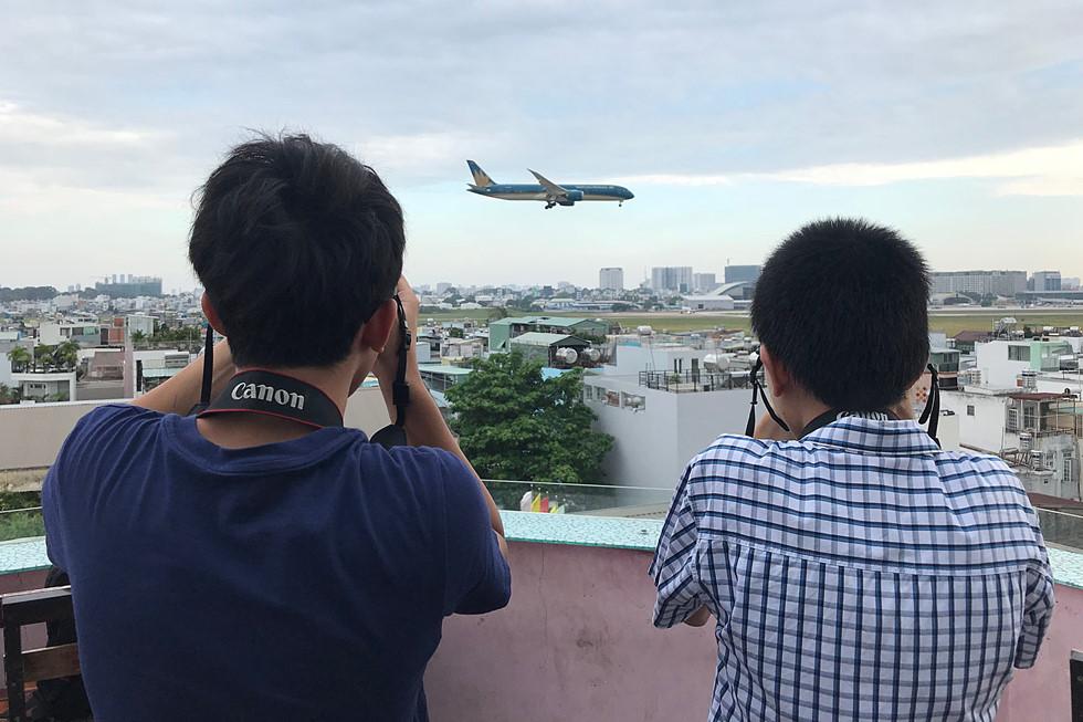 Các bạn trẻ chụp những chiếc máy bay tại quán cà phê ngắm máy bay
