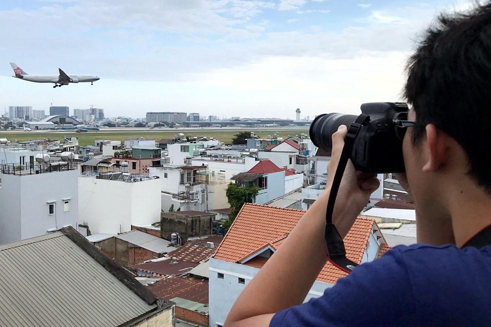 Võ Bá Nam (15 tuổi) cho biết mỗi lần có thời gian là em ghé quán để ngắm và chụp máy bay