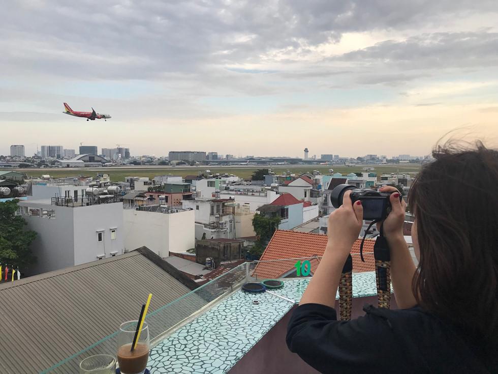 Chị Miyuki Asano (người Nhật Bản) chị chia sẻ đây là lần thứ 2 chị đến Việt Nam và cũng là lần thứ 2 chị đến quán uống cà phê ngắm máy bay.