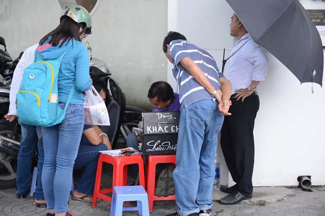 Theo ông, đây là một trong những thời điểm tập trung đông khách vì sắp đến lễ Nhà giáo Việt Nam. Ngoài ra còn có dịp hè và cận Tết, bởi nhu cầu làm quà tặng những ngày này sẽ tăng