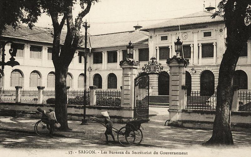 Cận cảnh cổng vào Dinh Thượng thư Nội vụ, hình ảnh in trên bưu thiếp của Pháp. Ảnh tư liệu.