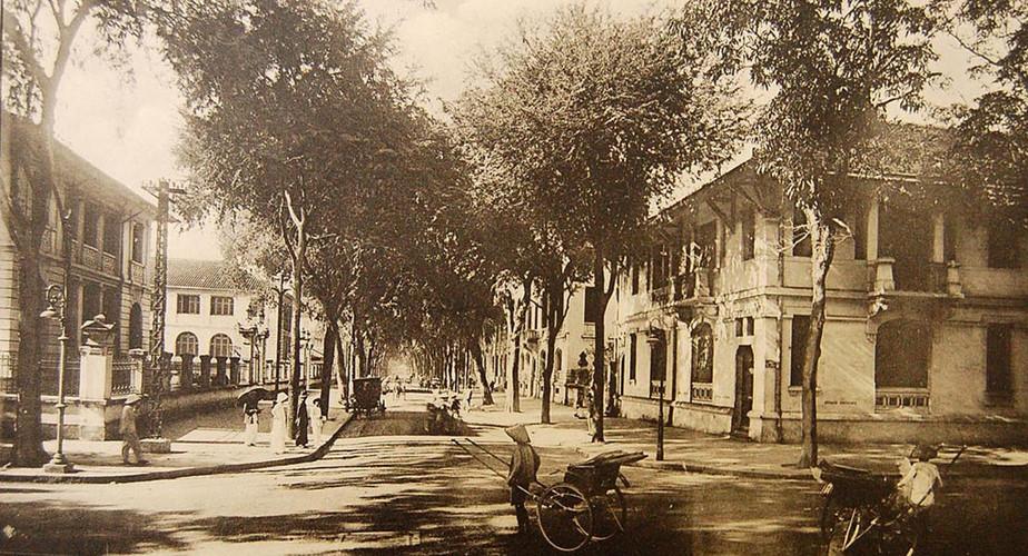 Đường De Lagrandière nhìn từ ngã tư Catinat - De Lagrandière, Dinh Thượng thư Nội vụ nằm bên trái. Ảnh tư liệu.