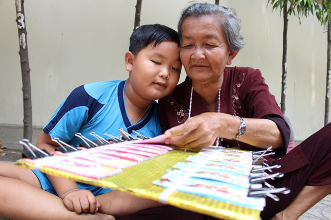 Bà Tư luôn ước mong Thiện được đi học để biết chữ, sau này không còn phải đi bán vé số nữa ẢNH: PHAN ĐỊNH