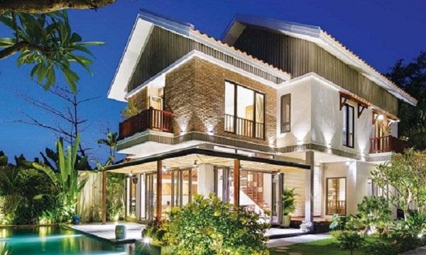 Trên diện tích đất 300m2 ở quận 2 (TP HCM), ngôi biệt thự được nhóm kiến trúc sư QBI Corp thiết kế bao gồm 1 trệt 1 lầu và tầng áp mái.