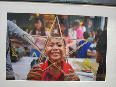 """Một bạn trẻ khác viết: """"Mình không sinh ra và lớn lên ở Sài Gòn nhưng mình nhìn thấy đâu đó hình ảnh của mình qua các bức ảnh của 'Chạm' """""""