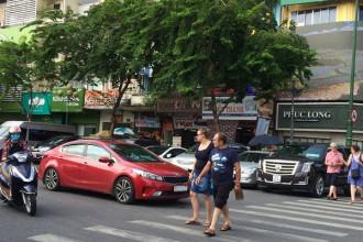 Hiện nay, TPHCM thu phí đậu ô tô dưới lòng đường chỉ 5.000 đồng/lượt.