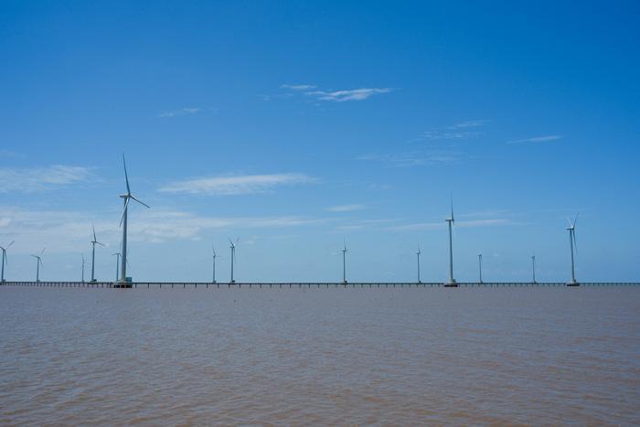 62 chiếc tuôcbin xoay liên tục đón gió để tạo ra nguồn điện sạch hòa vào lưới điện quốc gia - Ảnh: TẤN LỰC