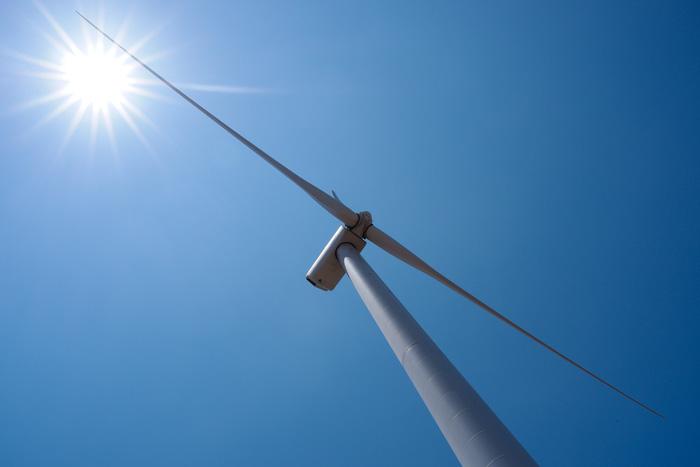 Mỗi tuôcbin điện gió cao 80m, đường kính 4m và nặng hơn 200 tấn, được làm bằng thép không gỉ - Ảnh: TẤN LỰC