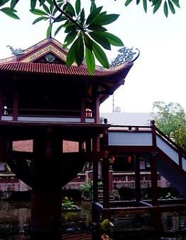 gôi chùa Một Cột nằm giữa hồ Long Nhãn (mắt rồng), phía sau cổng tam quan với diện tích 600m2