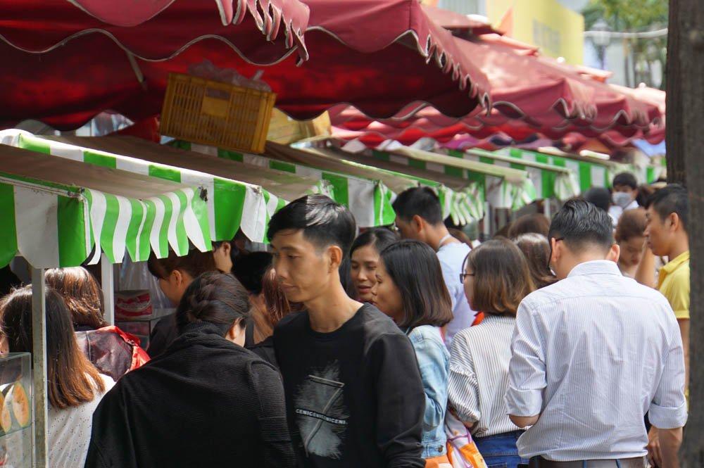Rất đông người chờ mua đồ ăn trên phố ẩm thực Nguyễn Văn Chiêm (Q.1)