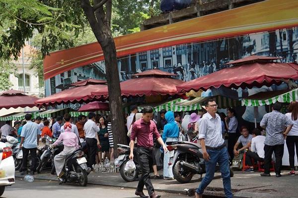 """Gần nửa năm hình thành, phố ẩm thực (xuất phát từ các hàng rong) ở trung tâm Sài Gòn trở nên nhộn nhịp. Đây là điểm hút người dân đến thưởng thức đồ ăn, nước uống với giá cả...""""đường phố"""" nhất"""