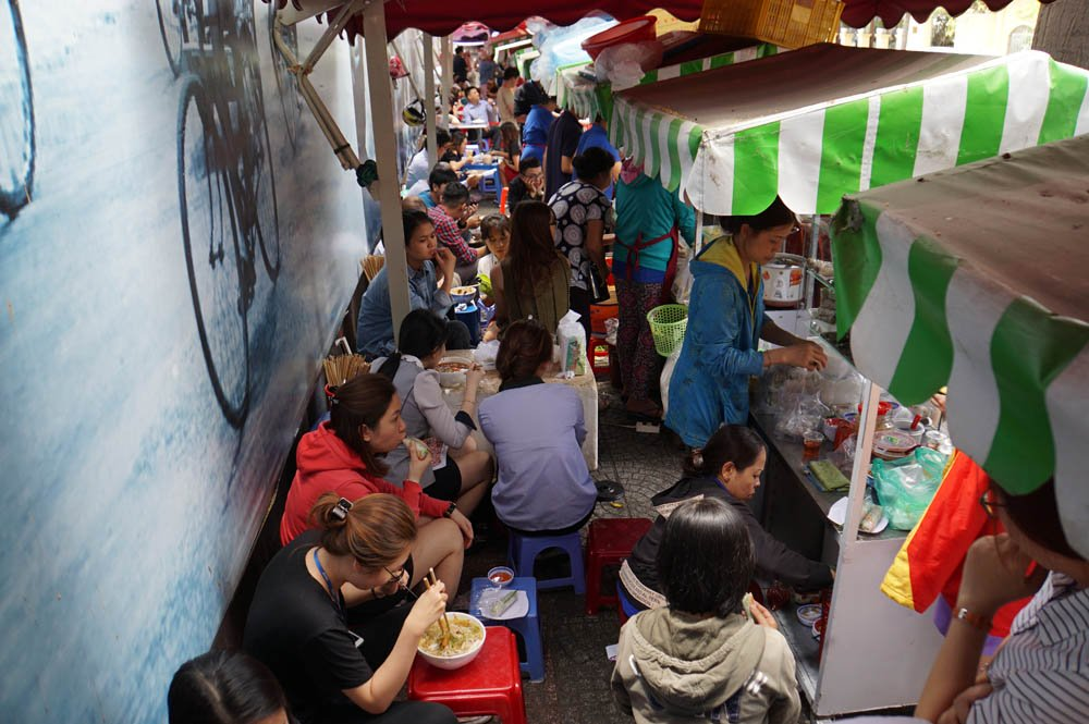 Khách ngồi chật cứng các dãy bàn trong phố ẩm thực