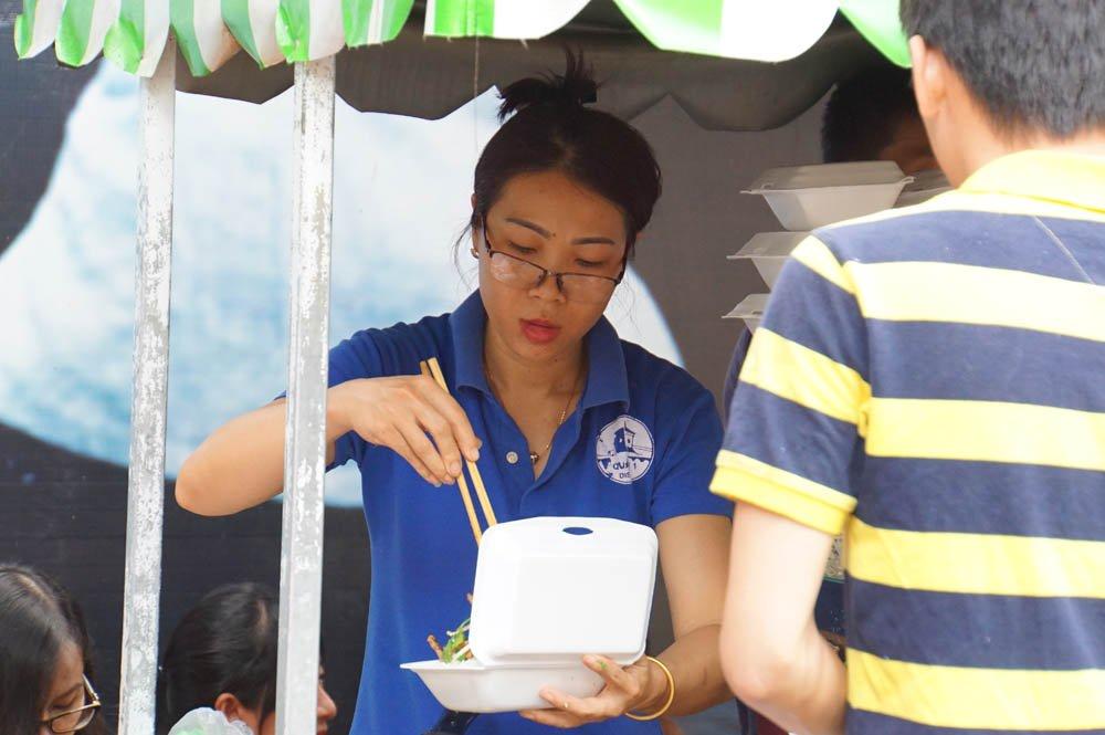 """Sau nửa năm, nhiều người đã biết đến phố ẩm thực vì là khu tập trung nhiều quầy hàng ăn uống rất phong phú, hợp vệ sinh. Buôn bán ở đây khá ổn định...""""- chị Lê Kiều Diễm, hộ kinh doanh tại đây hồ hởi cho hay."""