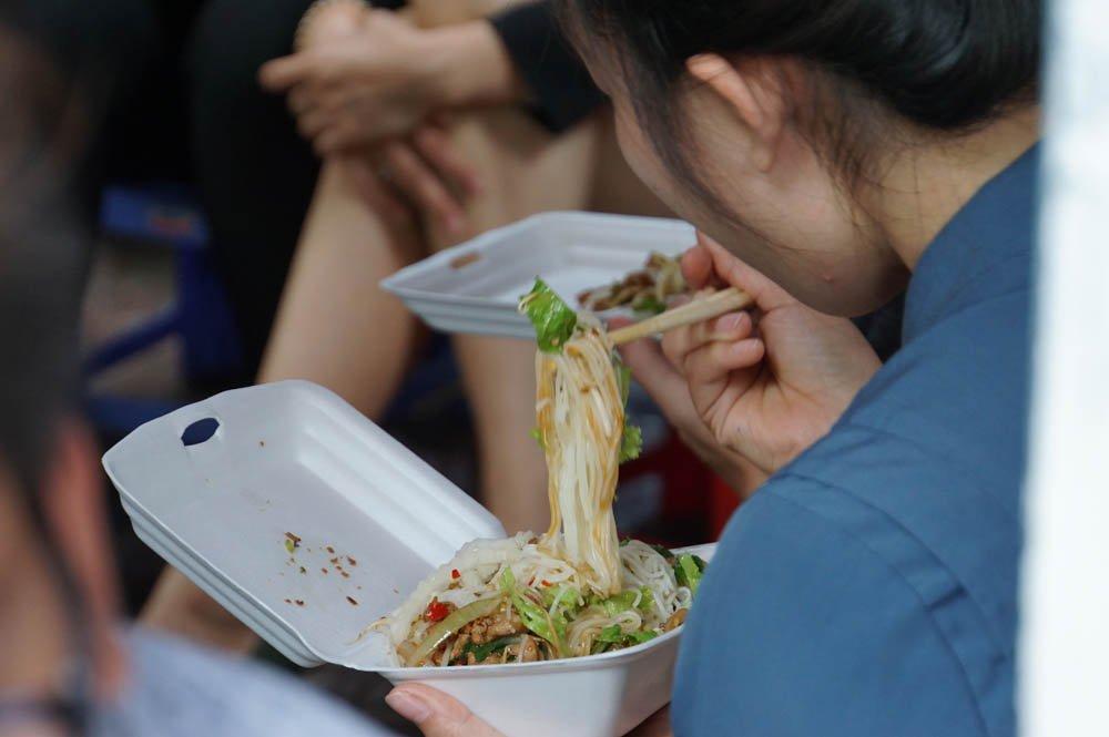 """Món ngon giá rẻ, tiêu chí hút khách của """"phố hàng rong"""" ở trung tâm Sài Gòn"""