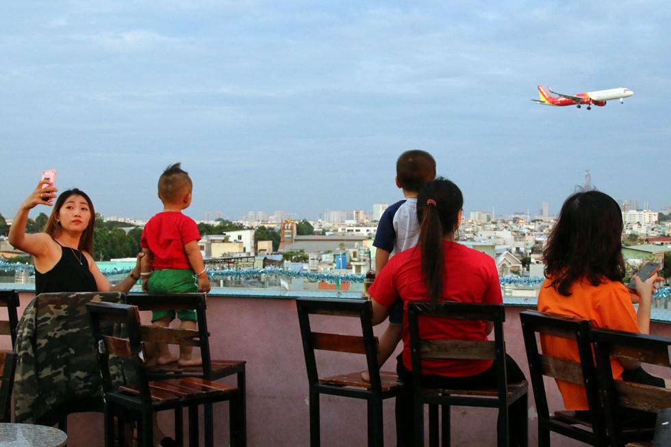 Chiều chiều, nhiều gia đình đưa trẻ em đến để ngắm máy bay