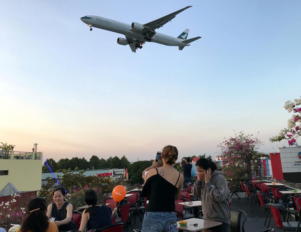 Máy bay xẹt qua đầu, tiếng gầm rú phát ra từ động cơ khiến nhiều người giật mình