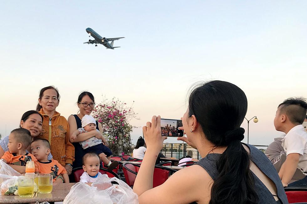 Loại hình cà phê ngắm máy bay thu hút nhiều người Sài Gòn. ẢNH: ĐẬU TIẾN ĐẠT
