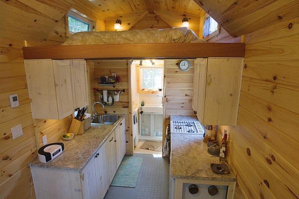 Căn nhà này có diện tích chưa đầy 20m2 nhưng lựa chọn thiết kế gác lửng thông minh làm không gian sinh hoạt, nghỉ ngơi nên dường như trở thành căn hộ tí hon đáng mơ ước cho cặp vợ chồng ít tiền.