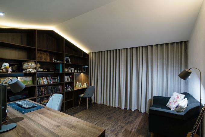 Khi cần tập trung riêng tư, yên tĩnh, gia chủ có thể kéo rèm phân cách phòng ngủ và phòng làm việc.