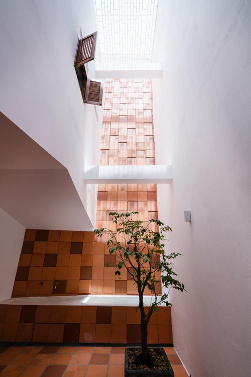 Kiến trúc sư cũng cắt sàn ở các tầng để nhà có một khoảng giếng trời, tạo hệ thống thông gió mới.